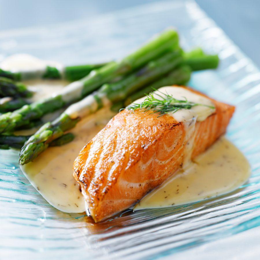 salmón-con-salsa-cremosa-de-queso-azul-y-eneldo