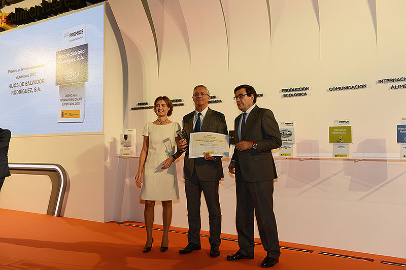 Marco Rodríguez collects the Food of Spain award from Ms. Isabel García Tejerina