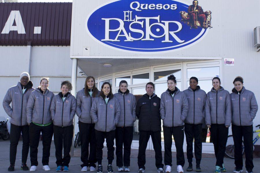 Jugadoras del Quesos El Pastor – C.D. Zamarat visitan las instalaciones de su patrocinador